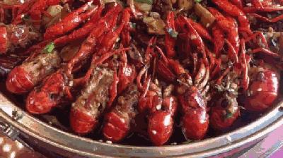 成都高校食堂卖龙虾走红 网友暗潮涌动引龙虾大战
