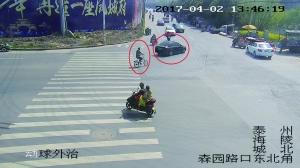 监控中,碰瓷团伙有人开着汽车,有人骑自行车在寻找目标