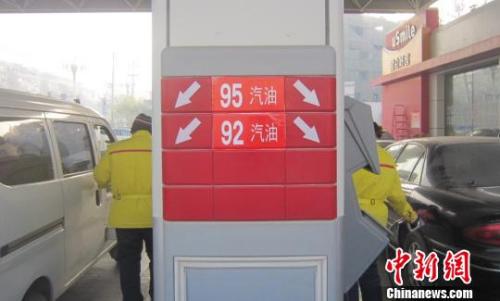 材料图:中国石油一座加油站任务职员张贴清楚的国五油品标识。 胡仁伟 摄