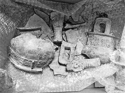 西周青铜鼎已成一堆碎片。