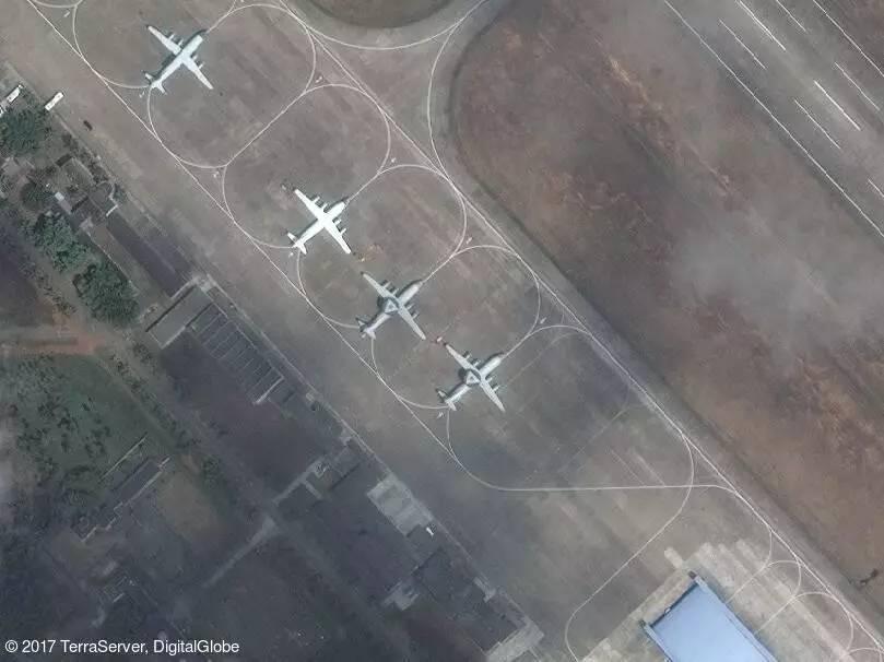 ▲根据卫星图片显示,位于中国海南岛北部的一处空军基地停放有两架空警 -500 预警指挥机。旁边的一架飞机为空警 -200,另外一架可能是运 -8J 或运 -8X 海上巡逻机。