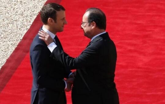 当地时间14日的宣誓就职仪式上,卸任总统奥朗德在与马克龙交接法国核武器密码后,向后者发出良好祝愿。