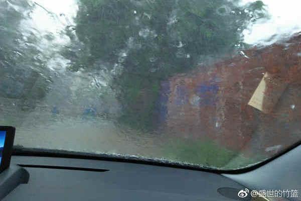 14日上午,安徽霍邱出现短时强降雨,能见度极低。(图片来源:新浪微博)