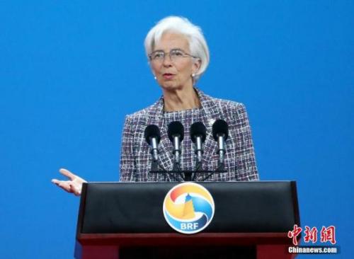 """5月14日,""""一带一路""""国际合作高峰论坛高级别会议在北京举行,国际货币基金组织总裁拉加德致辞。中新社记者 侯宇 摄"""