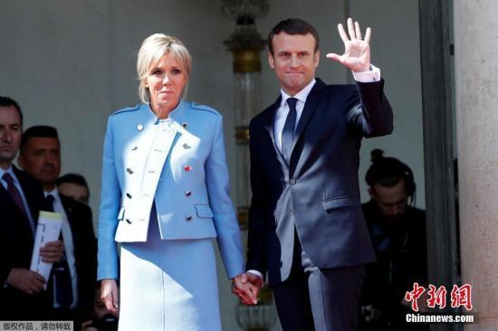马克龙与夫人布丽吉特·特罗尼厄在权力交接仪式后。