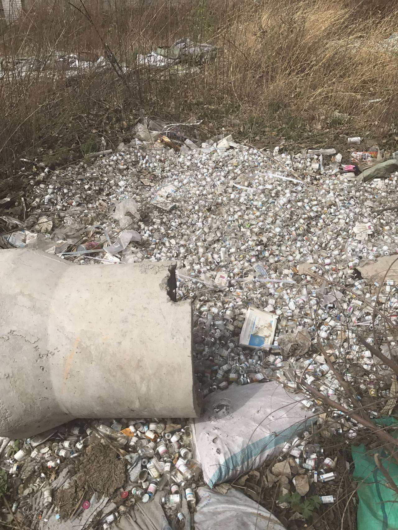 △吉林长春:大量废弃药瓶被丢弃在路边