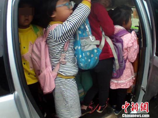 乘坐超载车辆的幼儿园学生们。 张忠扩 摄