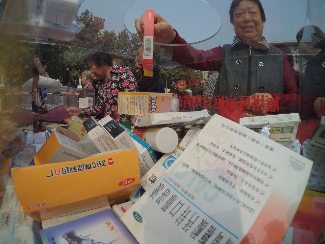 △西安某社区组织药店开展过期药回收活动