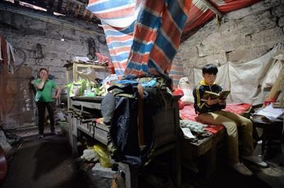 5月16日,大足龙水镇,何虹汉家租住的老房子里用彩条布隔出了自己的房间,他的母亲一说到家里的情况就忍不住流泪