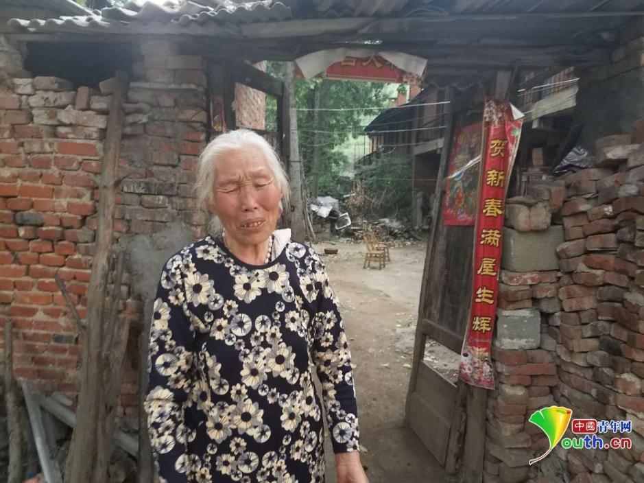 田自阁老伴李桂荣,身后是他们现在居住的中原厂旧房