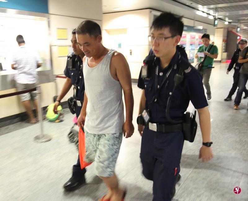 中国一工人行李箱遗留新加坡地铁引恐慌,被新加坡控公共滋扰罪。
