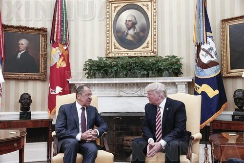 5月10日,美国总统特朗普(右)在华盛顿白宫会见俄罗斯外长拉夫罗夫