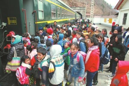 在瓦祖站上车的学生们。