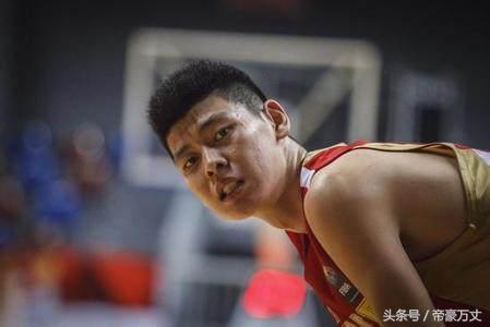 18岁就入选男篮国家队,因为长得太高,球迷普遍质疑他改年龄?