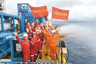 """在""""蓝鲸一号""""钻井平台上,工作人员庆祝天然气水合物试采稳定产气。新华社记者 梁 旭摄"""