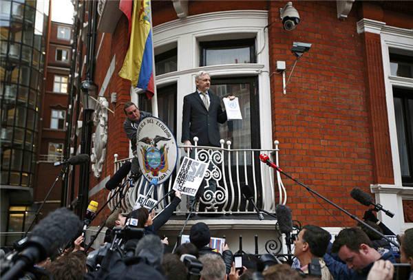2016年2月5日,英国首都伦敦,阿桑奇在厄瓜多尔使馆阳台上手持联合国工作组的调查报告对媒体讲话。(照片来源:新华社/路透)
