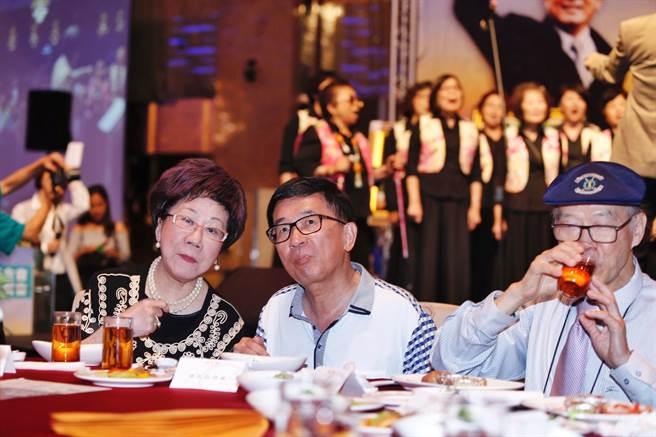 陈水扁无视监狱规定公然在主桌入座,与吕秀莲频频互动。(台媒图)