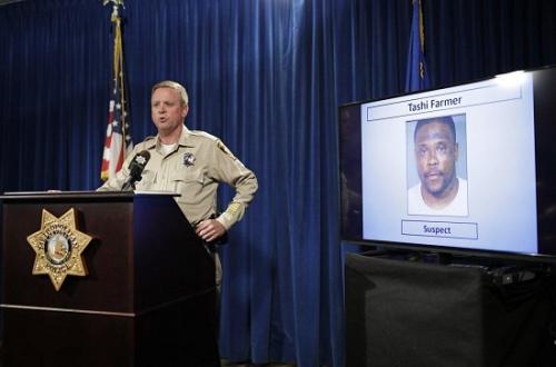美国内华达州克拉克县警方17日在记者会上介绍案情,背后照片为死亡的嫌犯。