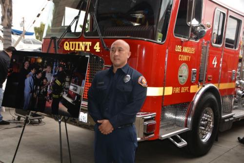 消防员John Tran提醒华人,做饭时注意安全用火。(美国《世界日报》/记者张宏 摄)