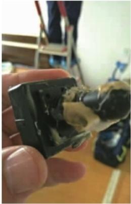 5月19日下午,君悦香邸小区,租户清洗空调时发现空调里面藏有针孔摄像头。记者李成辉摄