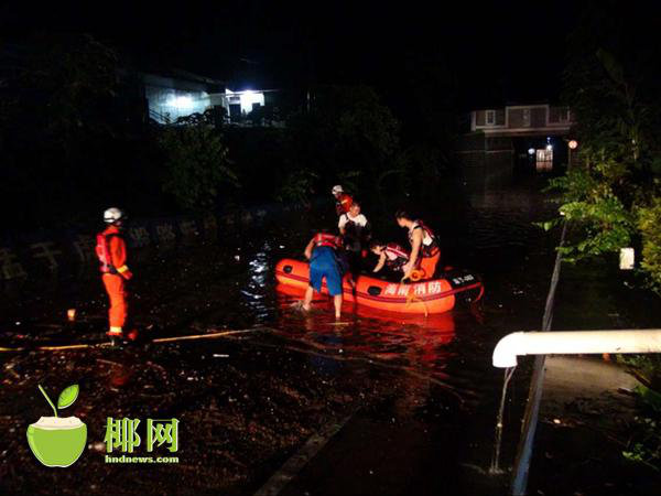 琼海年夜雨货车水中抛锚,小货车内一家3口被困获营救。(起源:椰网)
