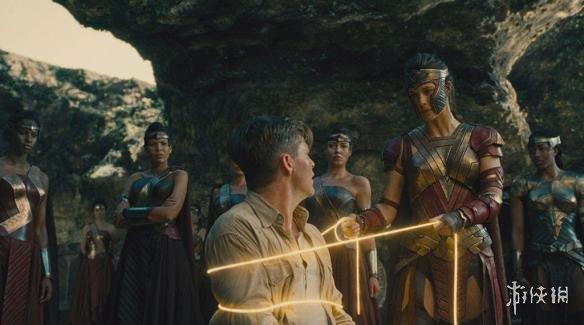 盖尔·加朵饰演的亚马逊公主戴安娜·普林斯,经过在家乡天堂岛的训练