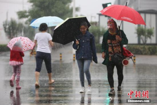 材料图:北京呈现降雨。中新社记者 杨可佳 摄