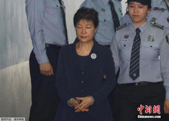 资料图片:朴槿惠被押送至法院。