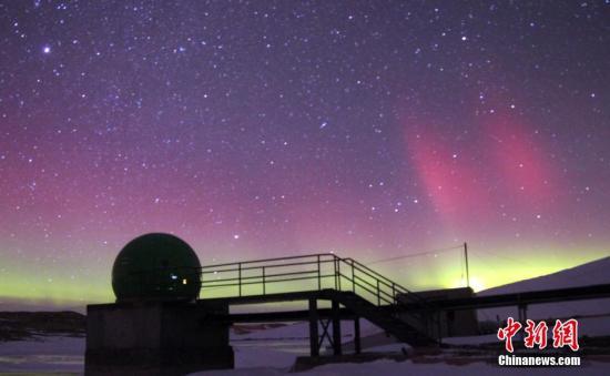 资料图:中国南极中山站夜空再现神奇壮丽的极光。中新社发 王刚毅 摄