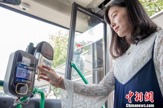 图为乘客刷支付宝乘车。 供图 摄
