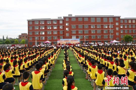 """江西抚州""""临川八一希望小学""""举行23日揭牌仪式。 钟欣 摄"""