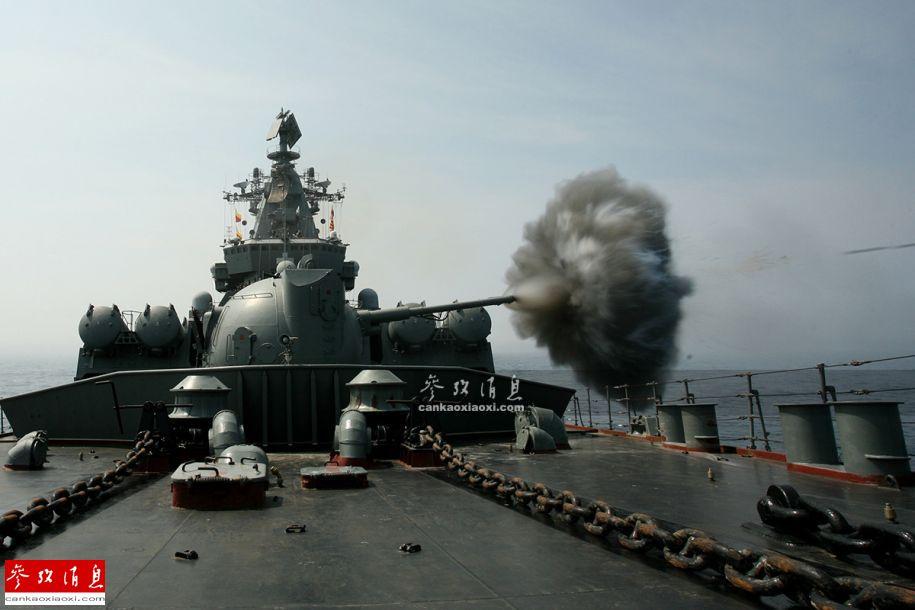 """1.5月21日,俄罗斯海军太平洋舰队发布了1组俄海军战斗训练的图片,以纪念太平洋舰队成立286周年。图为俄太平洋舰队旗舰""""瓦良格""""号导弹巡洋舰正在进行海上主炮射击训练。"""
