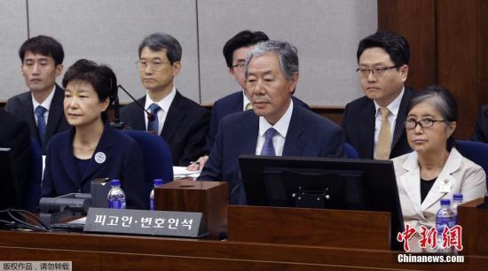 资料图朴槿惠与崔顺实共同坐上被告席。