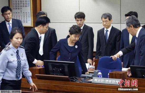 资料图片:朴槿惠坐上被告席。