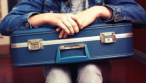 英媒称,加拿大跨大西洋航空公司、冰岛航空公司和挪威短程航空公司在英国一项航空公司准点率的调查中垫底。   据英国广播公司网站5月20日报道,一家消费者追踪机构在对抵达全英25个机场的85万个航班进行分析后发现,仅75%的航班保持准点,其余1/4的航班均存在延误或取消的记录。   加拿大跨大西洋航空公司晚点率居首,仅过半航班(55%)在预计到达时间后的15分钟内抵达机场。   冰岛航空公司和挪威短程航空公司的表现也差强人意,准点率分别仅为56%和60%。   总部位于加拿大蒙特利尔的加拿大跨大西洋航空