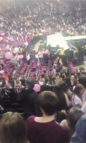 """气球落下,爆炸声响起 """"以为是表演环节"""""""