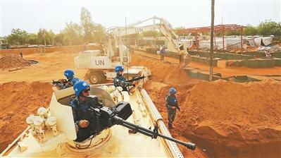 中国第4批赴马里维和部队工兵分队在任务区施工。刘玉国摄
