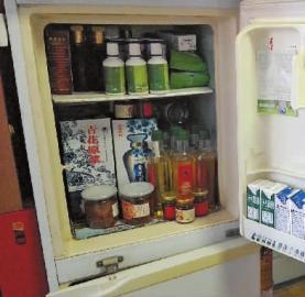各类保健品、器材堆满老人家的房间和冰箱