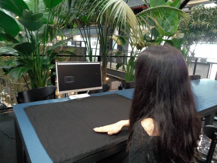 智能织物摊在桌上直接能当巨型触控板