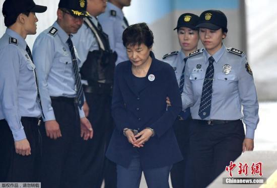 资料图:2017年5月25日,朴槿惠被押送至首尔中央地方法院,接受第二次公审。