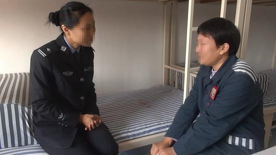 ▲警官在和吕迎春面临面交流。山东省女子牢狱供图