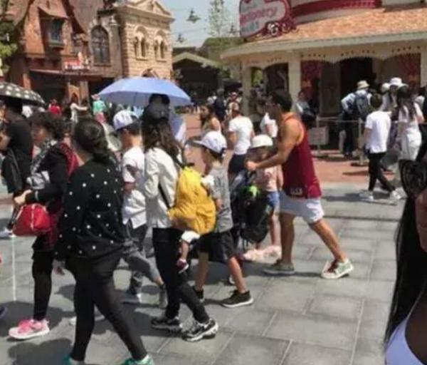 特维斯养伤期间带家人去迪士尼游玩