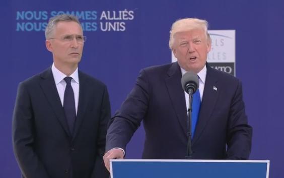 美国优先!川普一手推开黑山总理 与他人交谈(图)