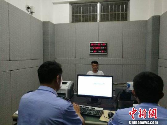 图为犯罪嫌疑人段某接受警方问询 李宗颖 摄