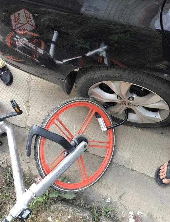 私家车轮上锁着一辆共享单车 想开锁得付400元的照片 - 1