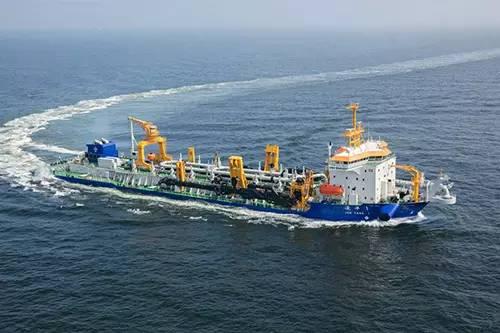 """2016年10月,亚洲最大耙吸式挖泥船""""浚洋1""""号于广州交付,总舱容量21028立方米,每小时挖泥约2万立方米"""