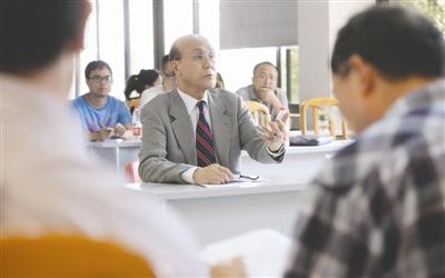 74岁的黄祖申进行博士生论文答辩