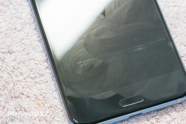 HTC U11被曝屏幕瑕疵 痕迹残留无法清除?的照片 - 2
