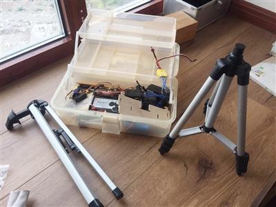 同同在家里做实验和航模的相关器材