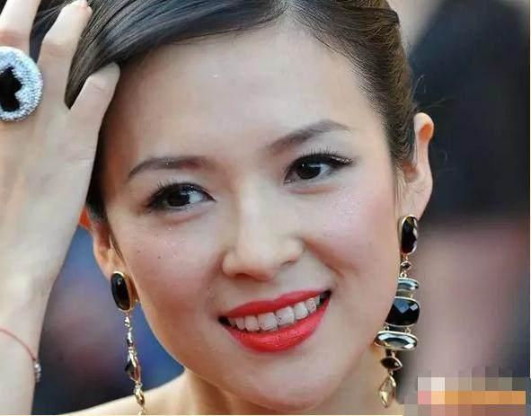 章子怡也有不留心的时候,妆容再精致,一笑起来,留在牙齿上的口红印真的很不美观哦!